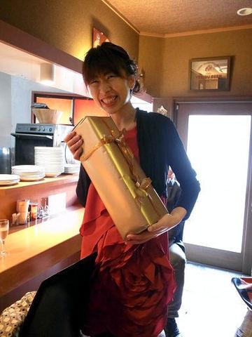 シャンパンを抱えた亮子さん.JPG