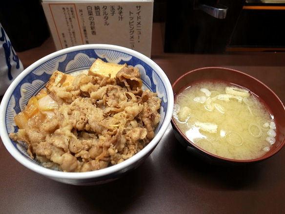 牛丼と味噌汁.JPG