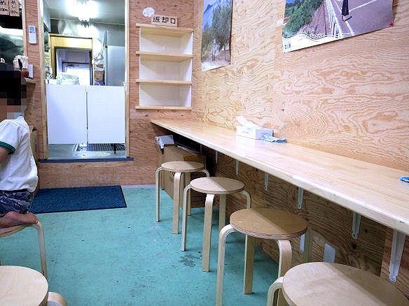 いわい製麺のカウンター席.JPG