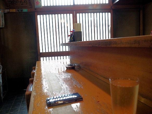 日の丸酒場のカウンター.JPG