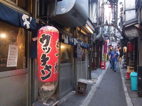 もつ焼き ウッチャンの入口.JPG