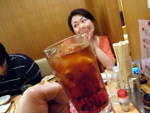 油谷さんと紅茶ハイ.JPG